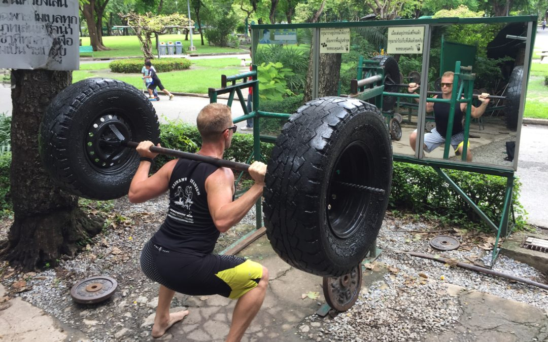 Weightlifting in Lumphini Park Bangkok – getting those Entogains!